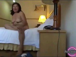 chavito se coge a una madura casada.Mira el video completo aqui >_